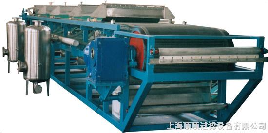 转鼓真空过滤机,英文:rotary vacuum disk -fiter 。 连续式过滤机的一种。构造与转筒真空过滤机相似,操作原理也相同。以负压作过滤推动力,过滤面在圆柱形转鼓表面的连续过滤机。这种过滤机最初用于制碱和采矿工业,后来应用扩展到化工、煤炭和污泥脱水等部门。$detailsplit$1结构它有一水平转鼓,鼓壁开孔,鼓面上铺以支承板和滤布,构成过滤面。过滤面下的空间分成若干隔开的扇形滤室。各滤室有导管与分配阀相通。转鼓每旋转一周,各滤室通过分配阀轮流接通真空系统和压缩空气系统,顺序完成过滤、洗